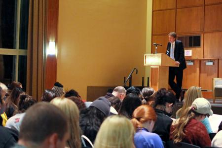 More than 500 people attended the session featuring Pulitzer Prize winner John Branch. (Photo by Jeanine Wells)
